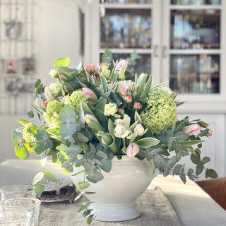 Dass ich an ein- und demselben Tag zwei Bilder poste, kommt quasi nie vor.  Aber meinen Strauß musste ich jetzt einfach noch mit euch teilen. Ist der nicht  traumhaft schön?  Mein Mann hat mich heute damit überrascht. Für uns nämlich nicht nur Valentinstag, sondern auch unser Hochzeitstag 🤍  18 Jahre sind wir heute verheiratet! Unfassbar, wie die Zeit verfliegt...🤍 . . . . . . #happyanniversary❤️ #hochzeitstag2021 #valentineday2021❤️ #stvalentinstag #flowerloversofinstagram #rosablumenstrauss #blumenliebe #loveisallaroundme #spreadsomelove #shabbychic_interior #brocantelover #lovemykitchen #mylove #blumentraum #flowerslovers #weddingday2021 #februarblumen #unserhochzeitstag  #blumenladen #blumenliebhaber  #blumenhofbenzing