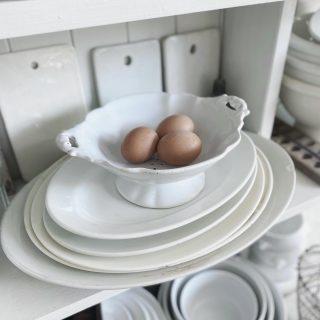 UPDATE: Wir haben 8 Eier! Jedes Huhn hat tatsächlich ein Ei gelegt.  Und hier sind sie: unsere ersten eigenen Eier.  Die Hühnerschar hat sich heute früh dicht hinter die Fensterscheibe gedrückt und die wärmende Morgensonne genossen. Und unter lautem Gegacker tatsächlich 3 Eier gelegt. Ich glaube ja, dass wir später noch welche finden....  Allen einen schönen und sonnigen Sonntag!  . . . . . . #backyardchickens #savethechicken #rettetdashuhn #eigeneeier #eigeneeiervonglücklichenhühnern #glücklichehühner #unserekleinefarm #unserehühner #farmhouselife #simplecountrylife #happychicken #ironstonecollection #shabbykitchen #shabbychichomes
