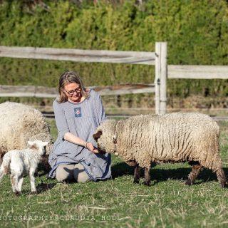 Unser kleiner Friedrich wiegt auf's Gramm genau 6 kg. Er ist heute 1 Woche alt und deshalb war entwurmen angesagt.  Und weil uns unsere Schafe aus der Hand fressen, war das gar kein Problem. Das schöne Photo hat meine Freundin @daughters_and_dogs gemacht. Ohne sie, gäbe es vermutlich nicht ein einziges Bild von mir. Ich wünsche euch einen schönen Abend und morgen einen ebenso schönen Karfreitag! . . . . . #mysheep #babylamb #springhassprung #ourlittlefarm #unserlebenaufdemland #ourfarmhouse #livingwithanimals #unseretiere #schäfchenliebe #brocantelover #brocantelove #shabbychicfarmhouse #frühlingistinderluft #unsereschäfchen #blumenhofbenzing #lämmchenliebe #osterlämmchen #savethelamb
