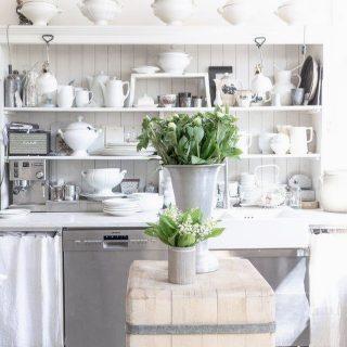 Ein schneller Gruß aus meiner Küche! Gleich zwei meiner Lieblingsblumen sind da heute zu sehen: weiße Pfingstrosen und Maiglöckchen🤍🤍 Ja am Sonntag ist Muttertag.  Denkt an eure Mamas! #muttertag #muttertag2021 #convallariamajalis #convallaria #paeonia #pfingstrosen #pfingstrosenliebe #shabbyfarmhousekitchen #shabbyfarmhousestyle #flowersinmykitchen #blumenhofbenzing #unserlebenaufdemland #amsonntagistmuttertag #blumenliebe #